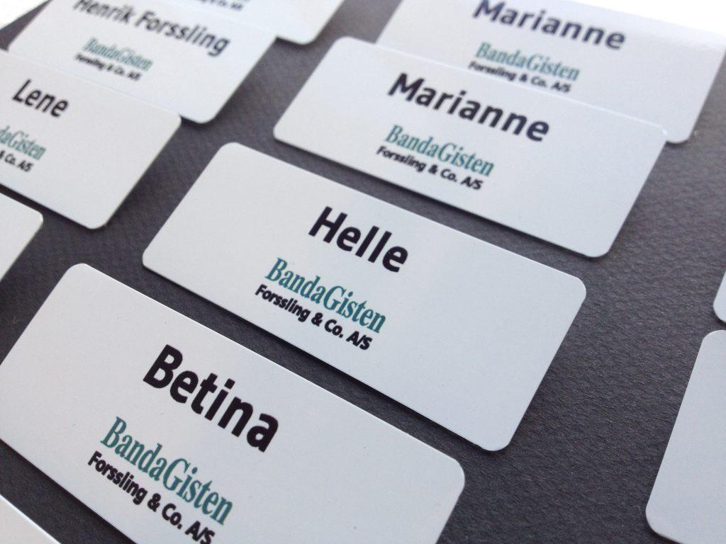 Design og produktion af navneskilte